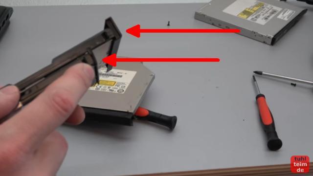 Notebook DVD Laufwerk oder BluRay ausbauen und wechseln - die Laschen dieser Plastikblenden passen nicht