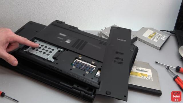 Notebook DVD Laufwerk oder BluRay ausbauen und wechseln - dieses Notebook muss auseinandergebaut werden, um das DVD Laufwerk zu entnehmen