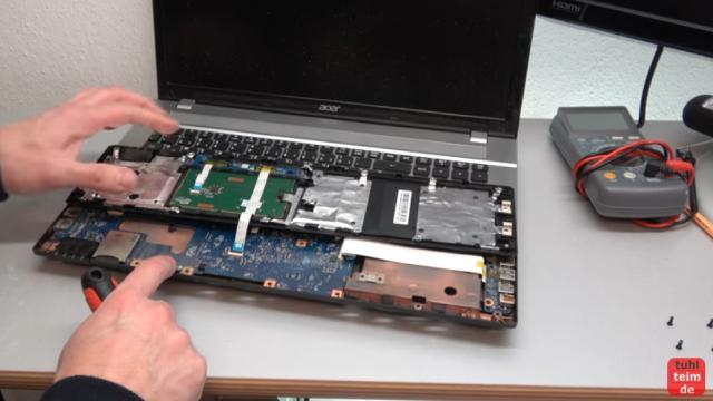 Acer Notebook defekt - öffnen und reparieren - Mainboard ausbauen - V3 771G - Abdeckung mit Touchpad ausbauen