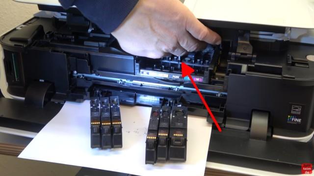 Canon Pixma Drucker Druckkopf auswechseln - ausbauen - wechseln - den Druckkopf im Drucker greifen und herausziehen