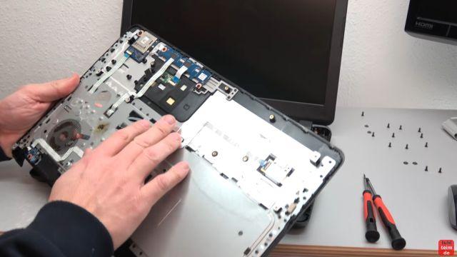 HP Notebook funktioniert nicht mehr - Bildschirm bleibt schwarz - aufschrauben und prüfen - Oberschale mit Touchpad und Schaltern entfernen