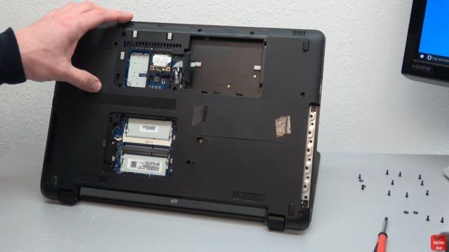 HP Notebook funktioniert nicht mehr - Bildschirm bleibt schwarz - aufschrauben und prüfen - Schrauben aus dem Boden entfernen