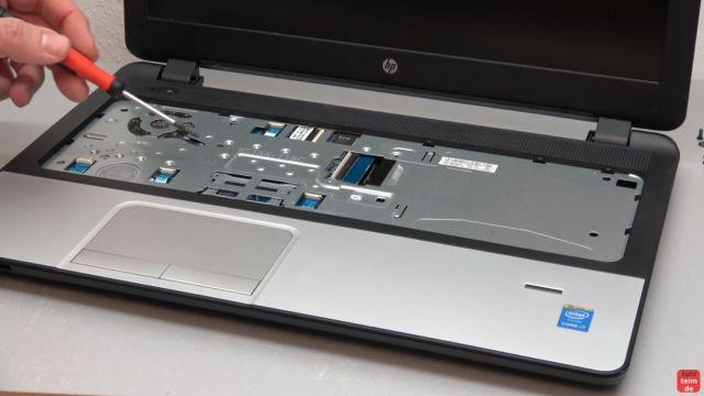 HP Notebook funktioniert nicht mehr - Bildschirm bleibt schwarz - aufschrauben und prüfen - jetzt, wenn vorhanden, alle Schrauben unter der Tastatur entfernen