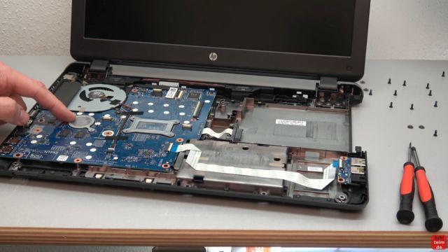 HP Notebook funktioniert nicht mehr - Bildschirm bleibt schwarz - aufschrauben und prüfen - Mainboard, Lüfter und Kabel sind jetzt zugänglich