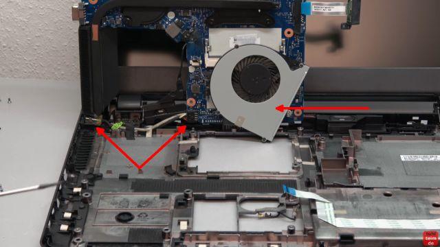 HP Notebook funktioniert nicht mehr - Bildschirm bleibt schwarz - aufschrauben und prüfen - Lüfter (rechts) und kleines Stromkabel links (Doppelpfeil)