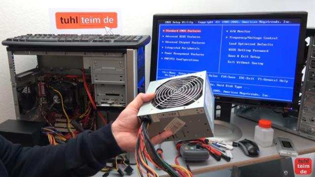 PC geht nicht an - defekt - ohne Funktion - PC reparieren - defektes Netzteil (in der Hand) gegen ein neues Netzteil getauscht