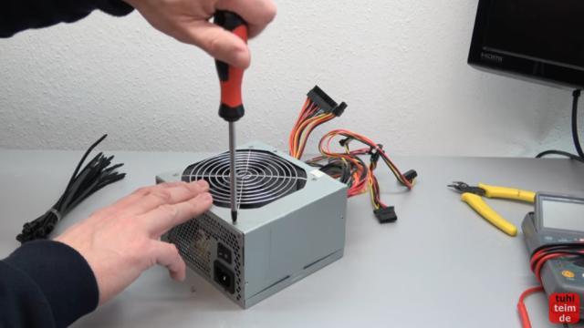 PC geht nicht an - defekt - ohne Funktion - PC reparieren - altes, defektes Netzteil aufschrauben zur optischen Kontrolle