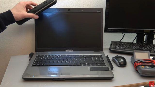 Notebook Bildschirm schwarz - Display zerlegen - externen Monitor aktivieren - mit einer Lampe kann man seitlich in das Display leuchten