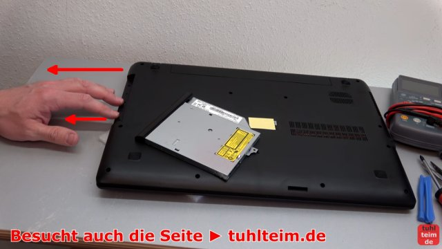 Lenovo V110 Notebook öffnen - Akku SSD Lüfter Tastatur wechseln - das Laufwerk herausziehen