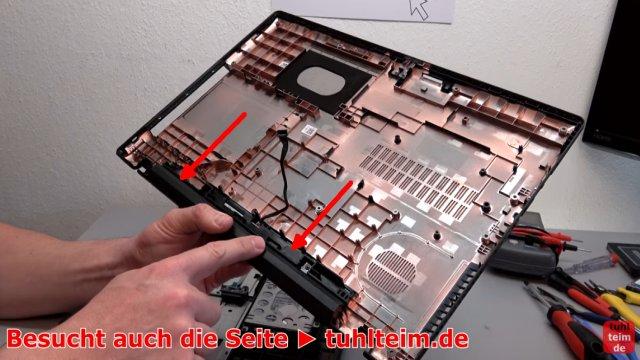 Lenovo V110 Notebook öffnen - Akku SSD Lüfter Tastatur wechseln - der verschraubte Akku in der Unterschale