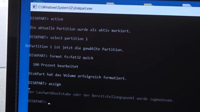 """Windows USB-Stick erstellen und bootfähig machen zum Installieren Windows 10 7 8 - mit dem diskpart.exe-Befehl """"format fs=fat32 quick"""" die Partition formatieren"""