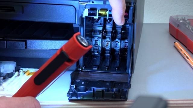 Brother Tintenstrahldrucker reinigen - Druckkopf druckt kein Schwarz - Patronenschächte prüfen