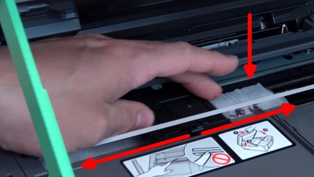 Brother Tintenstrahldrucker reinigen - Druckkopf druckt kein Schwarz - der Druckkopf über das Tuch nach links und rechts schieben