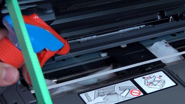 Brother Tintenstrahldrucker reinigen - Druckkopf druckt kein Schwarz - das Tuch kann zusätzlich noch befeuchtet werden