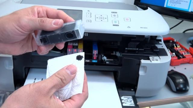 Canon Pixma druckt kein Schwarz mehr trotz voller Patrone PGBK neue Patrone defekt - Tintentest mit einem Tuch