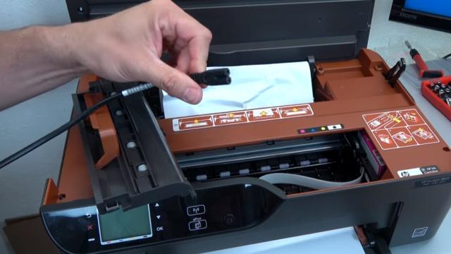 Hewlett-Packard Drucker - Patronenwagen frei geben lösen - HP Papierstau entfernen - Netzstecker bei Wartungsarbeiten abziehen