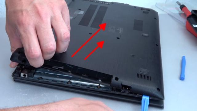 Acer Aspire E15 Laptop Notebook öffnen - HDD SSD Akku Batterie RAM Lüfter wechseln - Deckel vorischtig abnehmen - anfangen beim Stromstecker