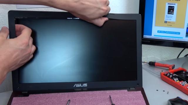 Laptop Display wechseln in 10 Minuten - Passendes Notebook Display kaufen - Bildschirmrahmen abziehen