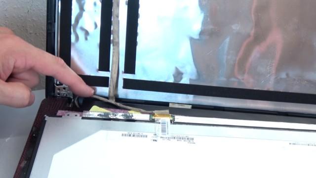 Laptop Display wechseln in 10 Minuten - Passendes Notebook Display kaufen - Stecker vorsichtig abziehen