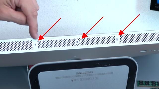 Apple iMac Pro RAM Upgrade - RAM erweitern - die Klappe mit den drei Schrauben entfernen