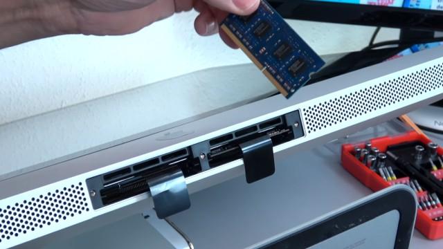 Apple iMac Pro RAM Upgrade - RAM erweitern - an den Laschen ziehen, um RAM-Module zu entfernen