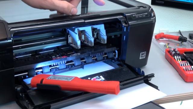 HP Drucker Patronenwagen blockiert - Stau am Schlitten beseitigen - Patronenwagen per Hand nach links und rechts schieben