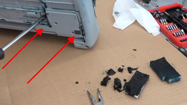 HP Drucker Tintenauffangbehälter voll - Tinte läuft unten aus dem Drucker - aus dem Auffangbehälter läuft die Tinte aus