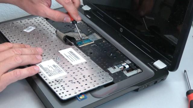 HP Pavilion g6 Laptop öffnen - Lüfter reinigen SSD einbauen Tastatur ausbauen - Tastatur herausziehen und Stecker lösen