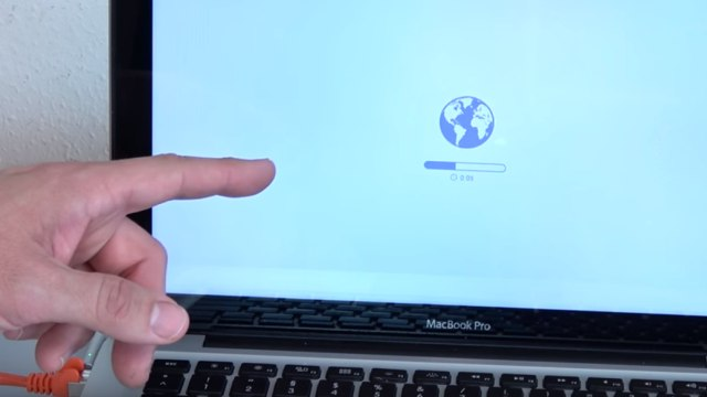 Apple MacBook Pro auf Werkseinstellung zurücksetzen - Festplatte löschen - OSX neu installieren - Daten werden runtergeladen