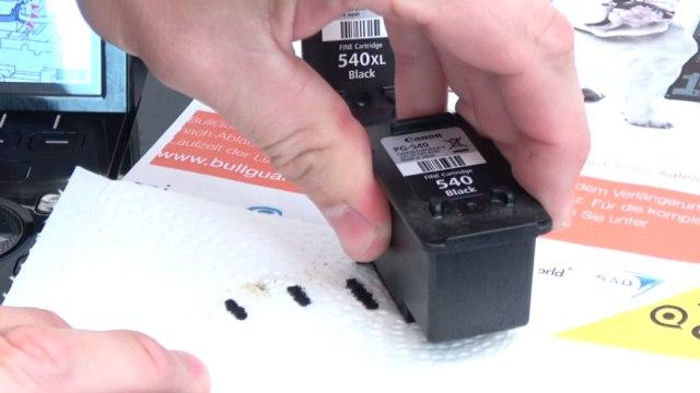 """Canon Pixma 3 Fehler in einem Drucker - 5100 - Tintenpatrone defekt - druckt doppelt - Düsen auf Papiertuch """"aufstempeln"""""""
