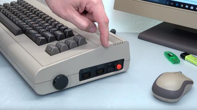 Commodore 64 mit Intel Prozessor und Windows 10 - C64 Retro Mod - rechte Gehäuseseite mit Lautstärkeregler
