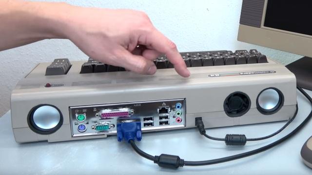 Commodore 64 mit Intel Prozessor und Windows 10 - C64 Retro Mod - Rückseite mit ATX-Blende und Lautsprechern