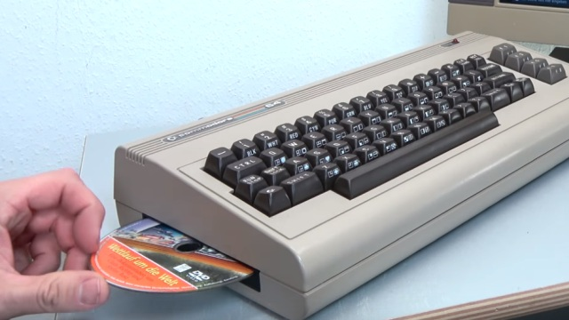 Commodore 64 mit Intel Prozessor und Windows 10 - C64 Retro Mod - linke Gehäuseseite mit DVD-Brenner Slot-In