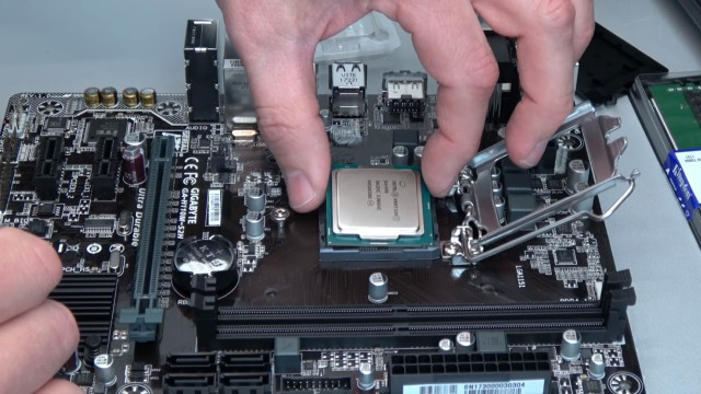 PC zusammenbauen - Schritt für Schritt - eigenen Rechner bauen - Anleitung - Prozessor / CPU auf Mainboard einsetzen