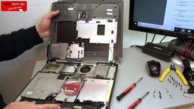 Was man mit seinem Notebook Akku niemals machen sollte | Laptop-Batterie - gebrauchtes Notebook - geöffnetes Acer Travelmate 250