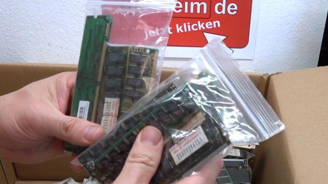 Zuschauerpakete mit Hardware auspacken - 2x DOM - Mainboards - 6x CPU - HDDs - Grafikkarten - RAM-Module PS/2, EDO, FPM, SD-RAM
