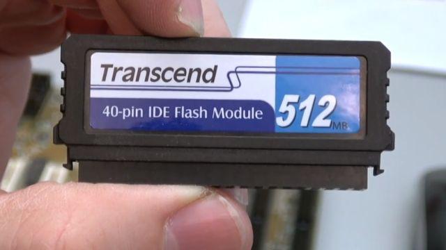 """Zuschauerpakete mit Hardware auspacken - 2x DOM - Mainboards - 6x CPU - HDDs - Grafikkarten - """"Disk On Module"""" Flash-Speicher mit 512MB"""