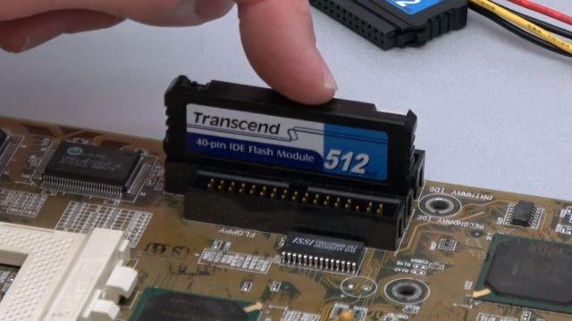 """Zuschauerpakete mit Hardware auspacken - 2x DOM - Mainboards - 6x CPU - HDDs - Grafikkarten - """"Disk On Module"""" Flash-Speicher direkt auf IDE-Port aufgesteckt"""