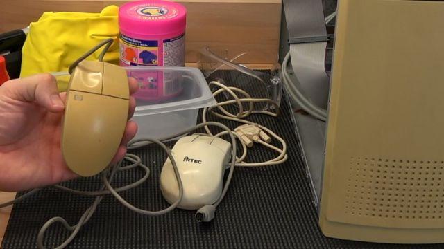 Vergilbtes Computergehäuse bleichen und reinigen - Retrobright herstellen - stark vergilbte Maus