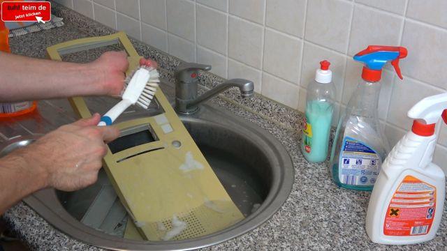 Vergilbtes Computergehäuse bleichen und reinigen - Retrobright herstellen - zu bleichende Teile vorher mit Wasser reinigen